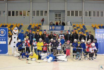 Společné foto z akce Týden hokeje v roce 2019 na stadiónu HC Kopřivnice