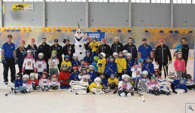 Společné foto při akci Pojď hrát hokej v Kopřivnice